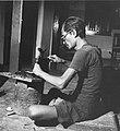 Collectie NMvWereldculturen, TM-20001967, Negatief, 'Een zilversmid aan het werk bij het bedrijf MD Moeljodihardjo', fotograaf Boy Lawson, 1971.jpg