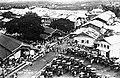 Collectie NMvWereldculturen, TM-60035163, Foto- 'De overdekte markt van bovenaf gezien met op de voorgrond klaarstaande rijtuigen', fotograaf onbekend, 1930.jpg