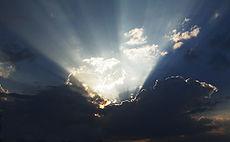 A menudo Dios es imaginado como una fuerza de la naturaleza — o como un ente consciente el cual se puede manifestar en un aspecto natural. Ambos la luz y las penumbras son símbolos canónicos para representar a Dios.
