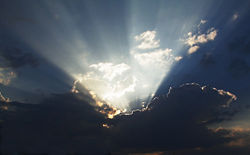 Certaines photographies dites miraculeuses... 250px-Crepuscular_rays_color