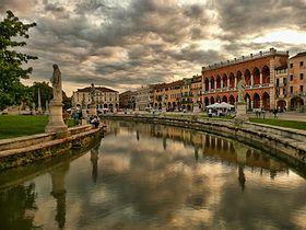 Vue sur le canal du Prato della Valle