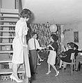Dansende gasten tijdens een feestje in huiselijke kring terwijl de gastvrouw toe, Bestanddeelnr 255-4329.jpg