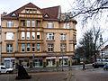 Das Trüller-Haus in Celle, Westcellertorstraße 15a, 1908 von Otto Haesler, Wohn- und Geschäftshaus für Harry Trüller, gesehen von der Stadtbibliothek am Arno-Schmidt-Platz.jpg