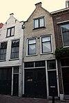 foto van Pand met geverfde puntgevel met geprofileerde zijafdekstukken en oude raamkozijnen