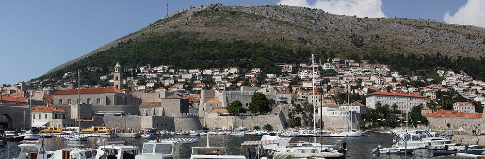 旧港から町と スルジ山 (Srđ) の ...