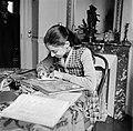 Een meisje maakt aan tafel haar huiswerk, Bestanddeelnr 252-9331.jpg