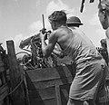 Een met zandzakken versterkte machinegeweerpost met een Vickers M.18, Bestanddeelnr 12663.jpg