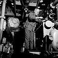 Eerste machinist in de machinekamer van de Damco 9, Bestanddeelnr 254-1366.jpg