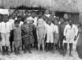 En albinoflicka bland normalpigmenterade barn. Byn Kuepbí, San Blas, Panama. Se E - SMVK - 004424.tif