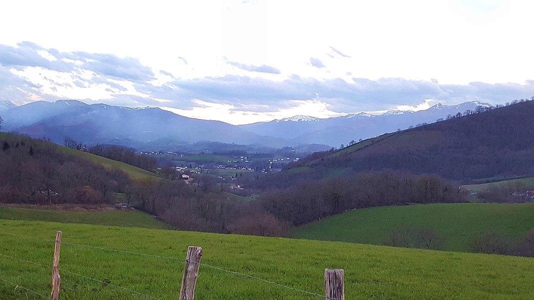 En amont de Saint-Jean-Pied-de-Port, au pied de montagnes encore enneigées