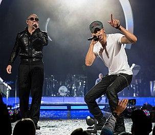 Pitbull mentre si esibisce insieme a Enrique Iglesias (a destra) al Frank Erwin Center, ad Austin