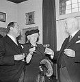Fabrieksdirecteur Jan van Abbe (links) in gesprek met een sigaarrokende man en e, Bestanddeelnr 255-8456.jpg