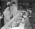 Fenny Heemskerk (kampioen schaken dames) aan het simultaan schaken in Bellevue, Bestanddeelnr 905-4520.jpg