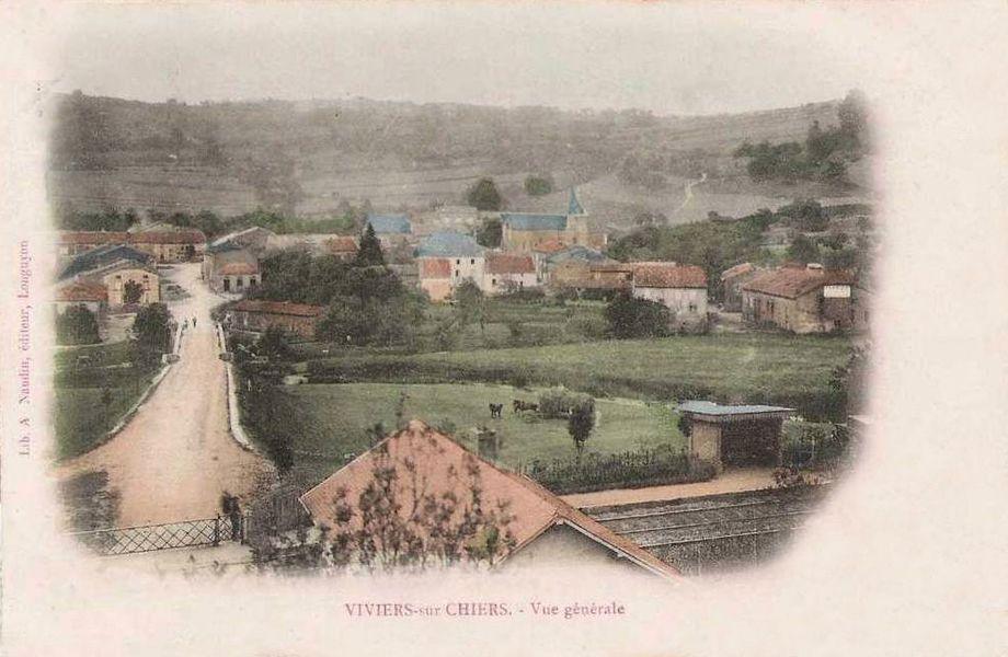 La halte voyageurs de Viviers-sur-Chiers au passage à niveau de la rue de la Gare, au début des années 1900.