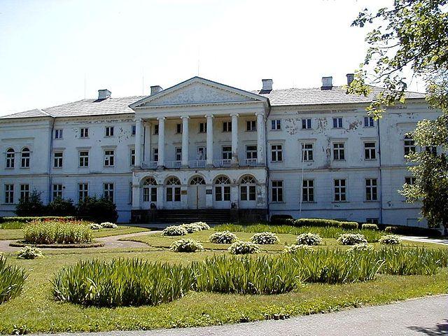 http://upload.wikimedia.org/wikipedia/commons/thumb/b/b7/Gaujienas_pils_1999-06-19.jpg/640px-Gaujienas_pils_1999-06-19.jpg?uselang=ru