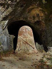 Gedenkstein in der Gessnergrotte von der Ermitage Arlesheim (Quelle: Wikimedia)