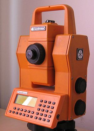 English: Geodimeter total station.