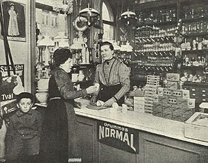 Gertrud Månsson - Gertrud Månsson in her shop, Idun (magazine), 3 April 1910