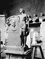Hautapatsas, pankkiiri Emil Tollanderin (s. 1854, k. 1912) hautapatsaan alkuperäinen malli, kuvanveistäjä Walter Runebergin atelieri. - N8830 (hkm.HKMS000005-km0037tx).jpg