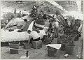 Het opbouwen van de praalwagens voor het bloemencorso 1984 in de hallen van de Hobaho bloembollenveiling te Lisse.JPG