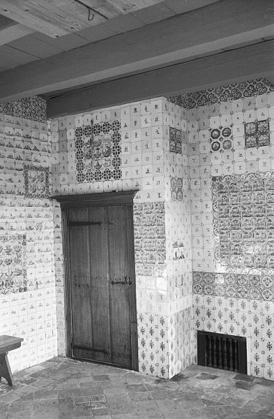 File:Interieur met betegelde wanden, houten deur met beslag, plavuizen ...