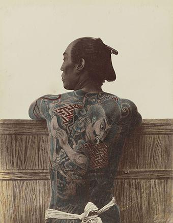 入れ墨された男の背中、c。 1875年