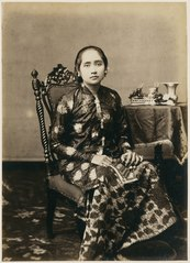 KITLV 10018 - Kassian Céphas - Bendoro Raden Ayu Danoenegoro in court dress, belonging to the family of Hamengkoe Buwono VII sultan of Yogyakarta - Around 1885.tif