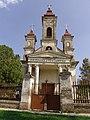 Kapela na pravoslavnom groblju - zadužbina Milanka Stankovića u Novom Bečeju - zapadna fasada.jpg