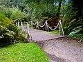 Kettingbrug in het park.JPG