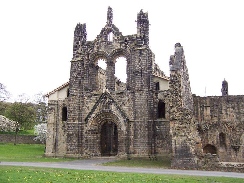 File:Kirkstall Abbey Kirche von Westen.jpg