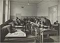 Konepiirustuksen opetustilanne, 1920-luku. Opettaja Sigurd Englund. Taideteollisuuskeskuskoulun opetustilanteita.-TaiKV-07-018.jpg