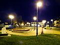 Krzeszów - Rynek nocą.jpg