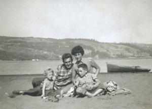 Ángela Jeria - Ángela Jeria beside her husband Alberto and her two children.