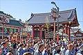 Le Sanja Matsuri devant la porte Kaminarimon (Asakusa, Tokyo) (41971704124).jpg
