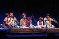 """Lensemble Divana avec deux jeunes chanteurs, Spectacle """"A la rencontre des poètes et musiciens du Rajasthan (Inde du nord)"""", Festival Les Orientales (Saint-Florent-Le-Vieil).jpg"""
