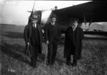 Les inventeurs de l'aéroplane à surface variable - de gauche à droite - Gastambide, Latham, Levavasseur - (photographie de presse) - Agence Meurisse.png