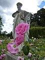 Les roses et la statue au jardin du thabor - panoramio.jpg
