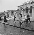 Leuzen en spandoeken ter verwelkoming Minister-President Pengel op Schiphol, Bestanddeelnr 915-0958.jpg