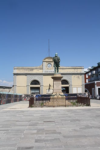 Cantiere navale fratelli Orlando - The historical gate of the shipyard and the statue of Luigi Orlando