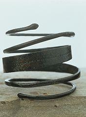 Armille à têtes de serpent (2000.6.153)