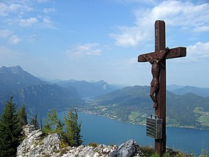Summit cross of the Mahdlgupf.  Below the Attersee, in the background the Mondsee.