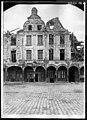 Maison - Façades des maisons de la Petite Place après un bombardement - Arras - Médiathèque de l'architecture et du patrimoine - APDU001383.jpg