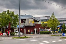 Outside the McDonalds on Hanauer Straße 83, looking northwest on a cloudy day.
