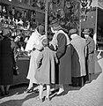 Mensen bij een kraampje op de kerstmarkt gehouden op de Piazza Navona, Bestanddeelnr 191-1181.jpg