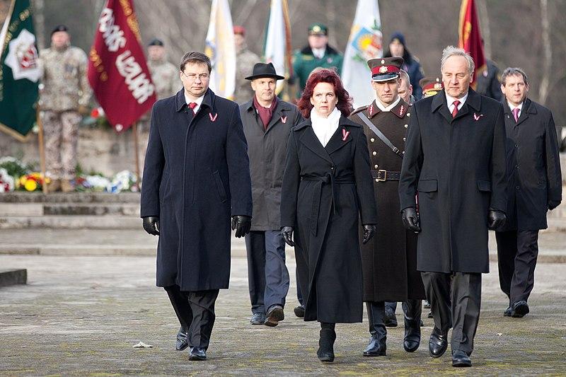 File:Ministru prezidents Valdis Dombrovskis piedalās svinīgajā vainagu nolikšanas ceremonijā Rīgas Brāļu kapos (8174960651).jpg