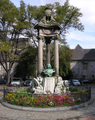 Monument Del Cour a Lieja 1911.png