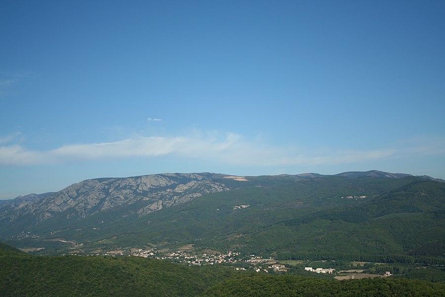 Les Aires (Hérault) - l'Espinouse, les communes du Poujol-sur-Orb (dans la vallée) et de Combes (en haut à droite), vues depuis le château de Mourcairol.