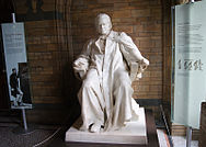 NHM London, Thomas-Henry-Huxley-Statue.jpg