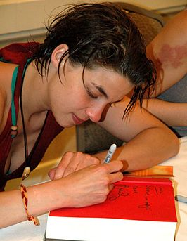 Natalia Tena signeert een Harry Potterboek (2008)