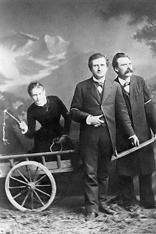 Лу Саломе в повозке, запряжённой Паулем Реё и Фридрихом Ницше (1882)